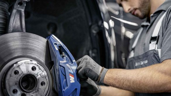 Service-Techniker beim Tausch der Bremsbeläge